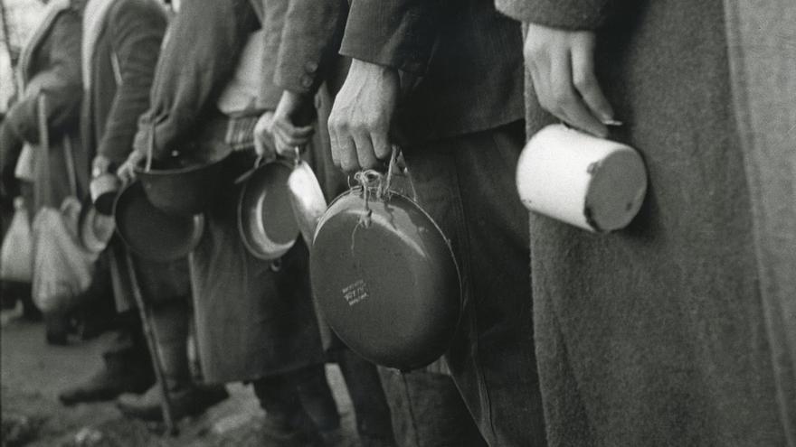 Cola de milicianos republicanos para recibir el rancho durante la ofensiva de Oviedo, 3 de marzo de 1937
