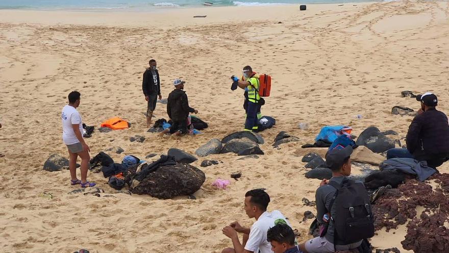 Salvamento socorre a una patera con 28 personas a bordo cerca de La Graciosa