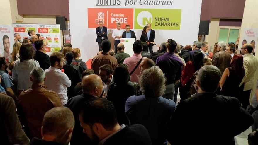 Los candidatos por la coalición PSOE/Nueva Canarias a las elecciones del próximo domingo.EFE/Ángel Medina G.