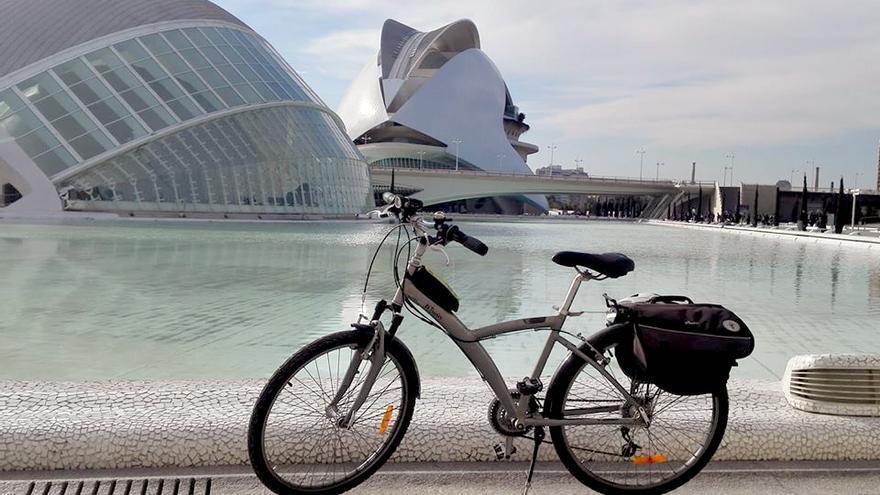 Una bicicleta en Valencia con la Ciudad de las Artes y las Ciencias al fondo