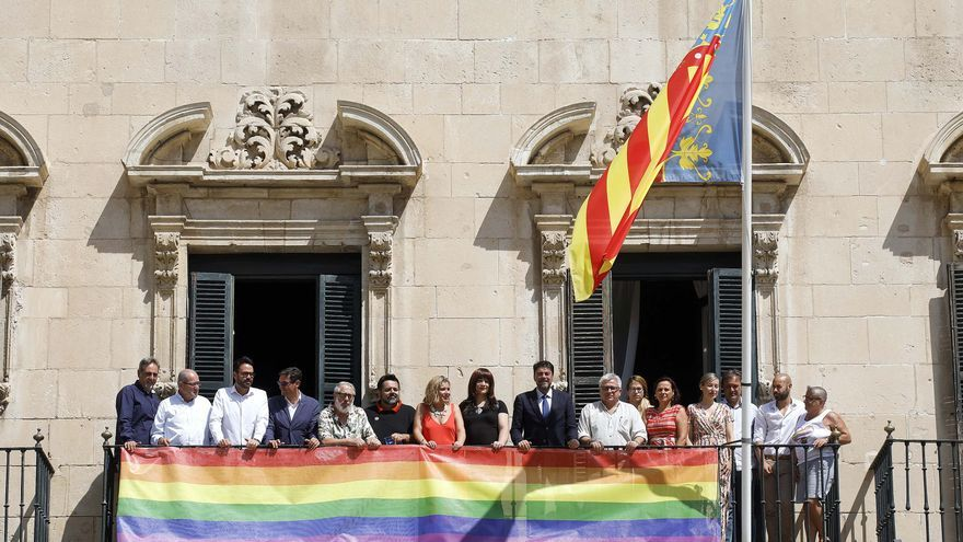 Izada de la bandera LGTBI en Alicante