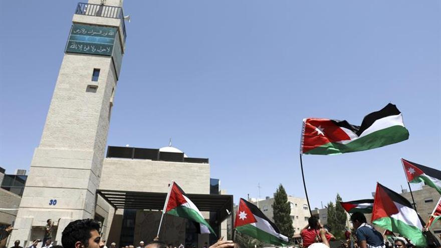 Decenas de personas protestan ante la embajada israelí en Ammán