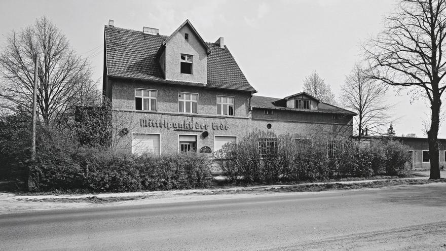 Berlinische-Galerie_André-Kirchner_Ost_-Hellersdorf_-leerstehender-Gasthof-an-der-Mahlsdorfer-Straße-vor-Hönow_1993-94.jpeg