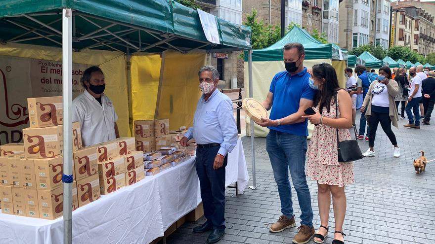 El presidente de Cantabria, Miguel Ángel Revilla, y el consejero de Desarrollo Rural, Ganadería, Pesca, Alimentación y Medio Ambiente, Guillermo Blanco, visitan el Mercado Campurriano.