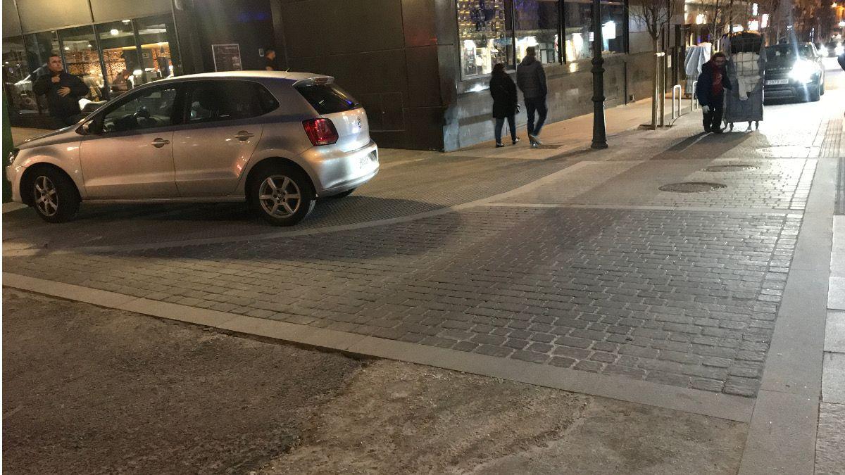 Coche aparcado sobre la acera | SOMOS CHUECA