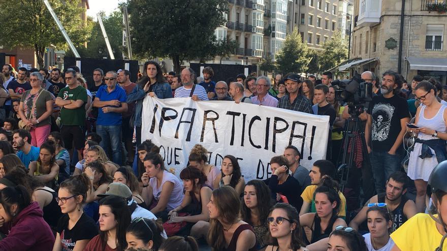 Los críticos de Podemos, detrás de la Virgen Blanca, apoyando a los 'okupas' de Errekaleor