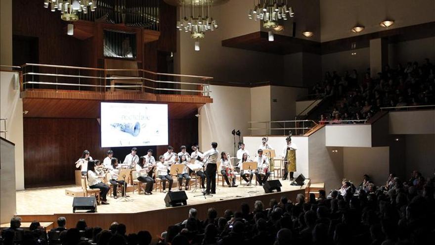 La Reina preside el concierto de la orquesta de instrumentos reciclados de Paraguay