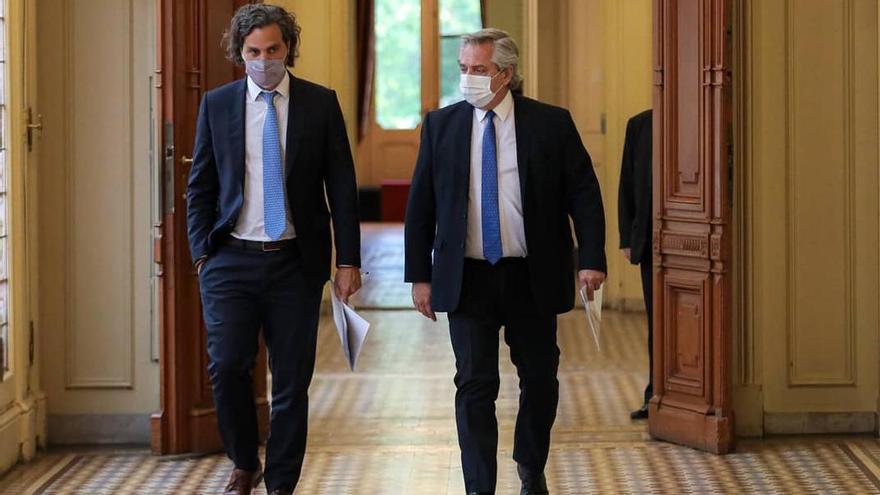 Alberto Fernández y Santiago Cafiero caminan la Casa Rosada