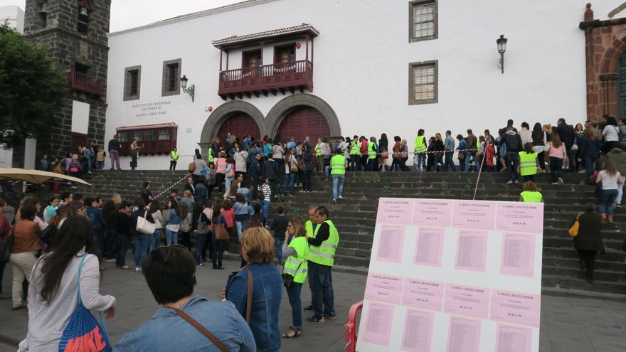 Imagen de los opositores, este domingo, en el IES Alonso Pérez Díaz.