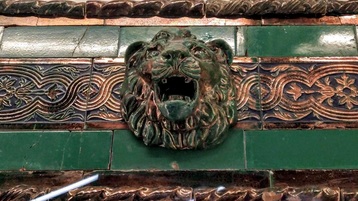 Friso de azulejos coronado con una cabeza de león recuperado en las obras de Gran Vía