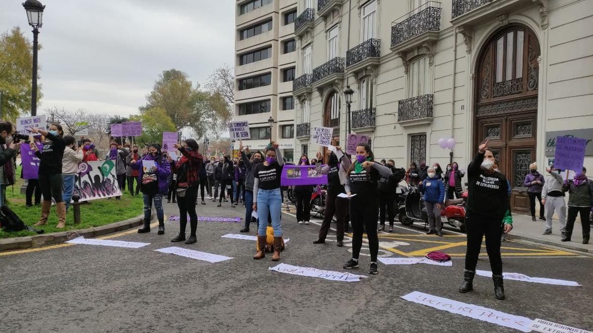 Concentración de la Asamblea Feminista de Valencia frente a la delegación del Gobierno por el 8M.