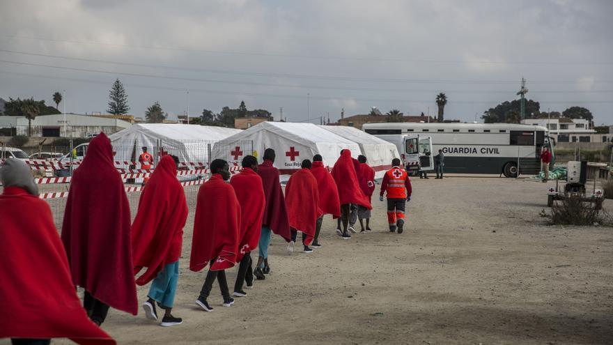 Los rescatado se encaminan hacia las tiendas del Equipo de Respuesta Inmediata en Emergencias de la Cruz Roja.