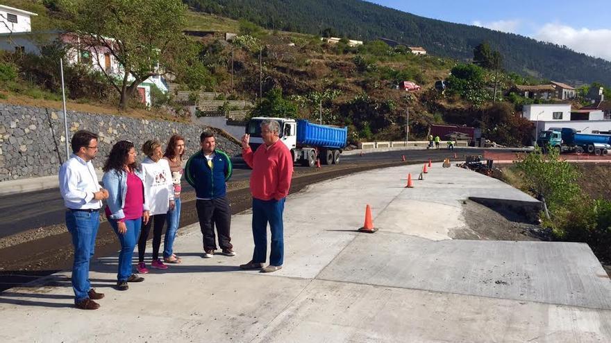 Antona junto al candidato a la Alcaldía de Fuencaliente y la candidata a la Villa de Mazo visitando parte de la zona afectada por las obras de la carretera de San Simón-Tajuya, concretamente en Montes de Luna.