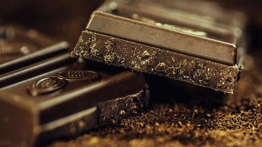 El chocolate negro contiene polifenoles, unos compuestos saludables que hacen aumentar el número de bífidus y lactobacilos.