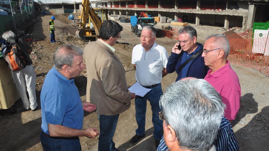 El edil de Urbanismo del Ayuntamiento de Las Palmas de Gran Canaria, Javier Doreste, informa a la plataforma ciudadana Recuperar La Cicer del inicio de las obras de la pasarela de La Cícer.