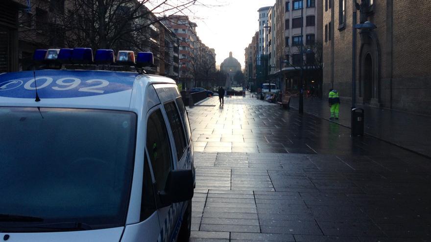Un vehículo de la Policía Municipal, en la avenida Carlos III de Pamplona.