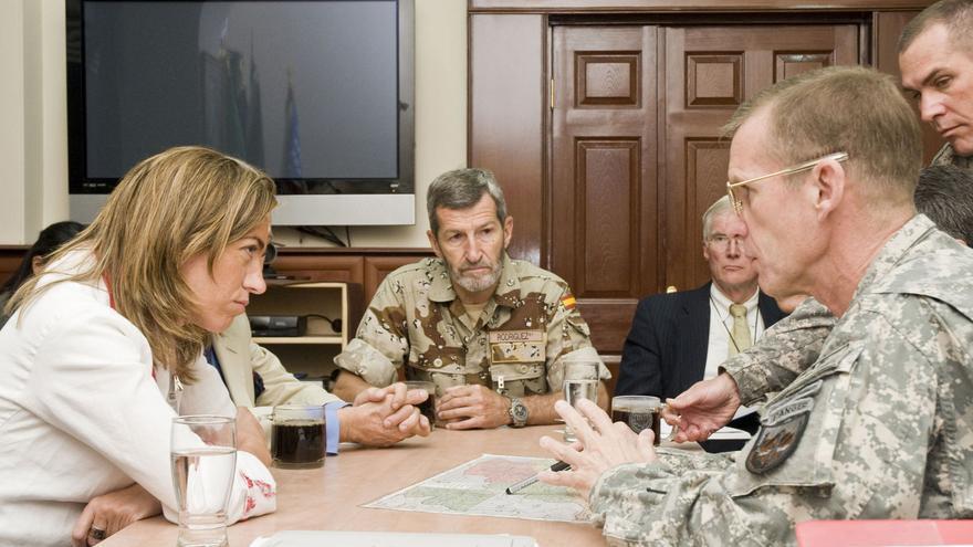 José Julio Rodríguez, junto a Carme Chacón al fondo, durante una visita a Kabul (Afganistán) en 2009 / Isafmedia (Wikimedia Commons)