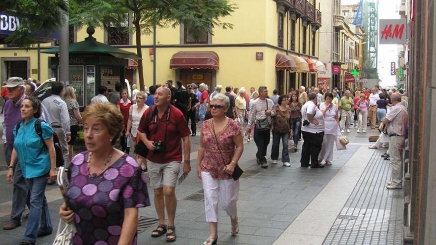 Un grupo de turistas en la calle del Castillo en la capital tinerfeña.