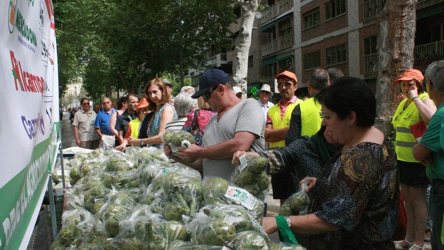"""Agricultores venden 3.000 kilos de alcachofas a 25 céntimos contra los """"abusos"""" de la gran distribución"""