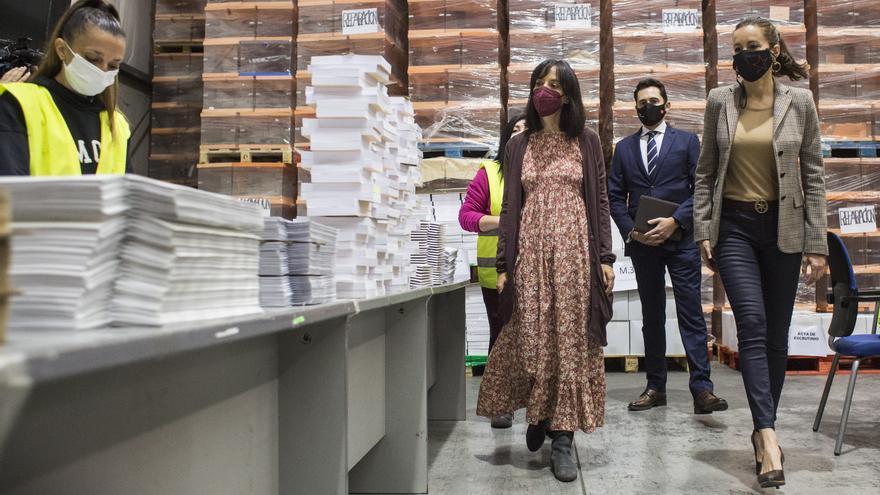 Eugenia Carballedo visita junto a Mercedes González el almacén donde se encuentra el material logístico destinado a la jornada electoral