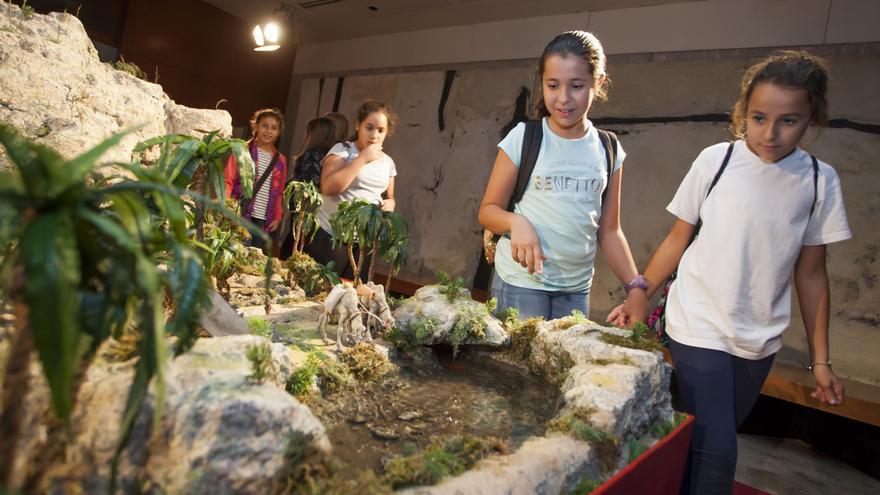 Niños visitan el portal el día de la inauguración, este lunes en Santa Cruz
