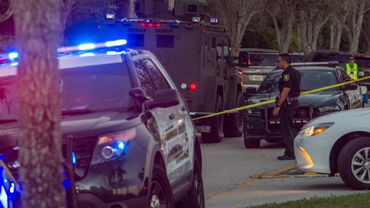La policía y los bomberos atienden a las víctimas de un tiroteo en Miami.