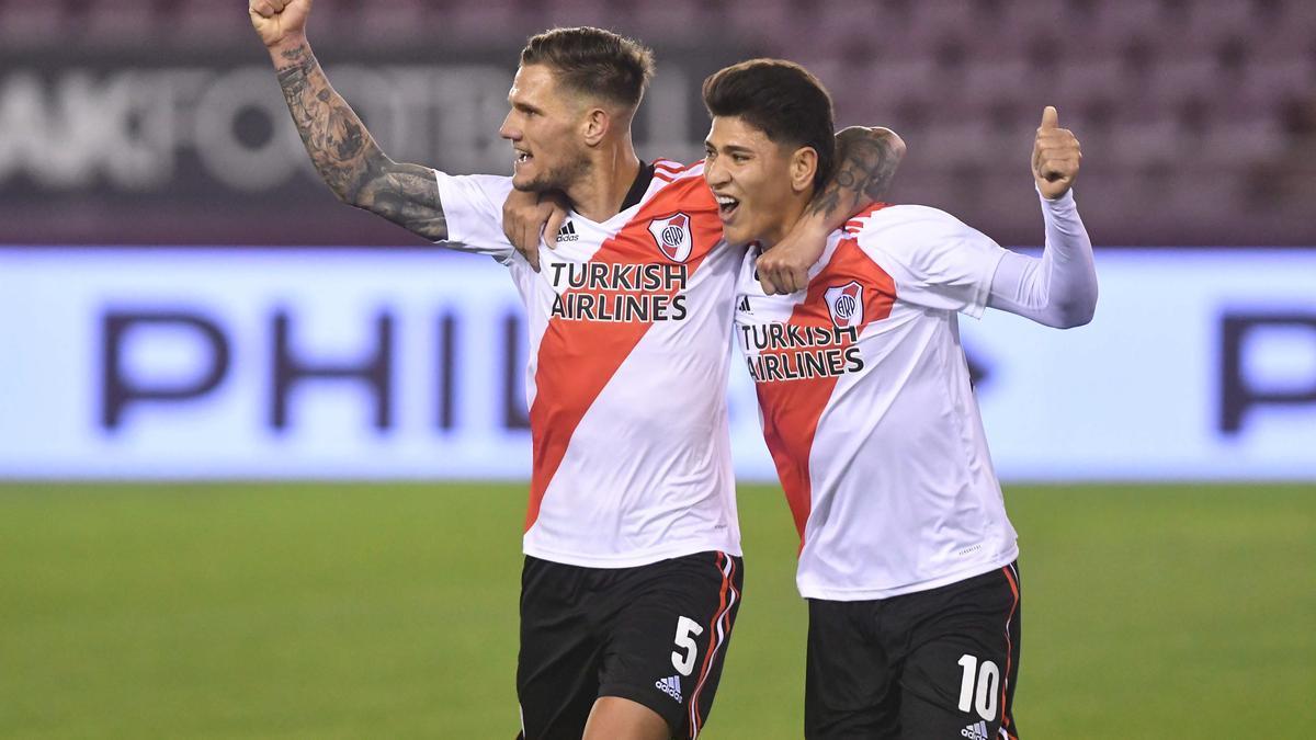 Zuculini festeja su gol junto al colombiano Carrascal.
