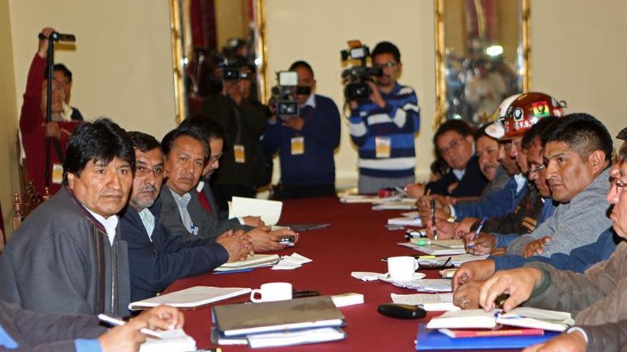 Gobierno boliviano y sindicatos aplazan discusión sobre aumento salarial