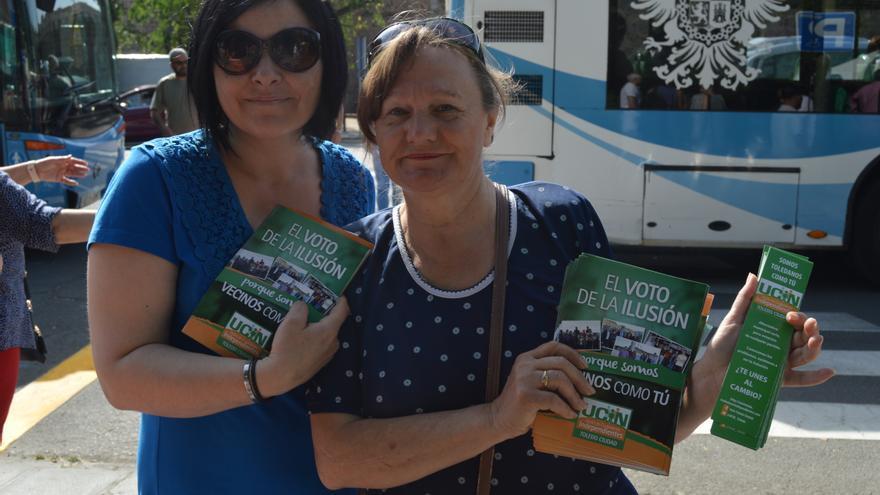 Personas repartiendo folletos de UCIN en Toledo / Foto: Javier Robla