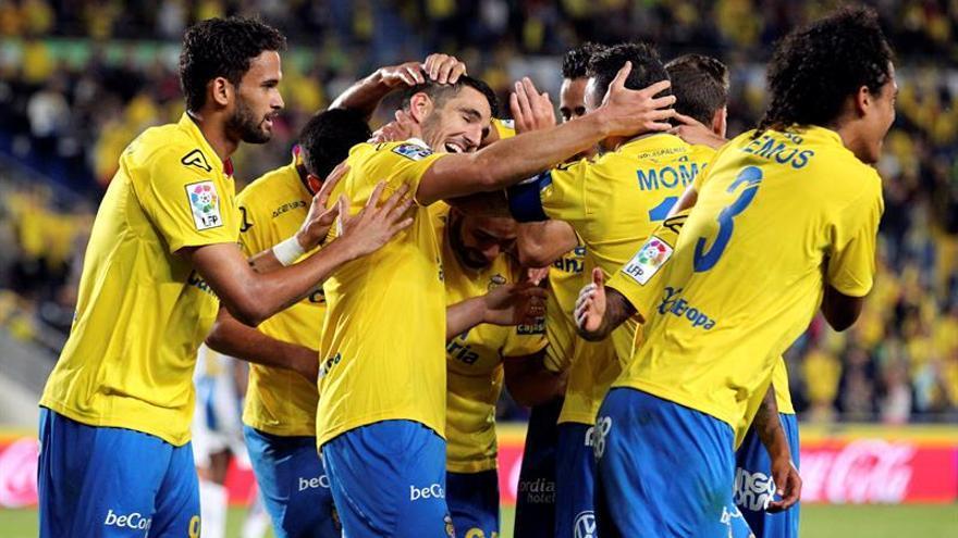Los jugadores de la UD Las Palmas celebran el tercer gol del equipo canario, durante el encuentro correspondiente a la jornada 35 de primera división,  frente al RCD Espanyol, en el estadio de Gran Canaria. EFE/Elvira Urquijo A.