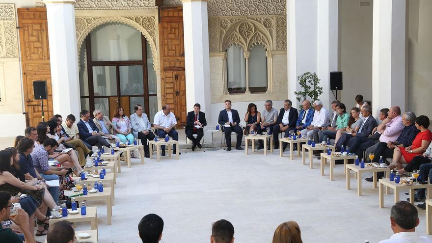El presidente de Castilla-La Mancha, con periodistas en Fuensalida