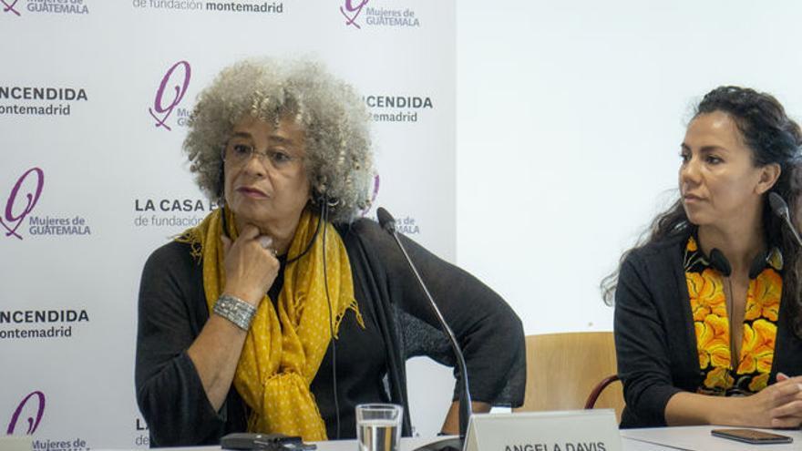 Angela Davis con Mercedes Hernández durante la rueda de prensa en La Casa Encendida de Madrid