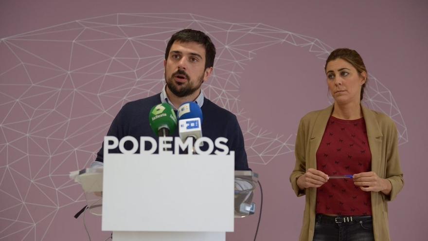 El secretario general de Podemos en Madrid, Ramón Espinar, y la portavoz en la Asamblea, Lorena Ruiz-Huerta, tras la dimisión de Aguirre.