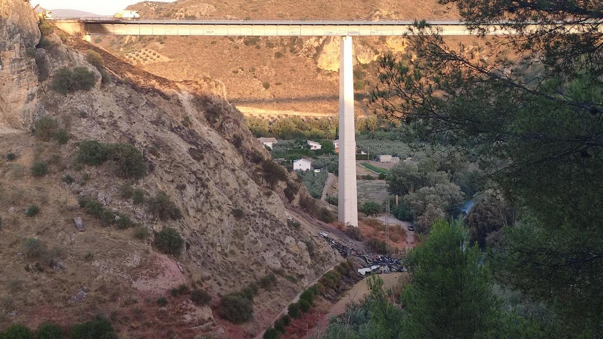El puente, con los restos del camión accidentado este lunes al fondo