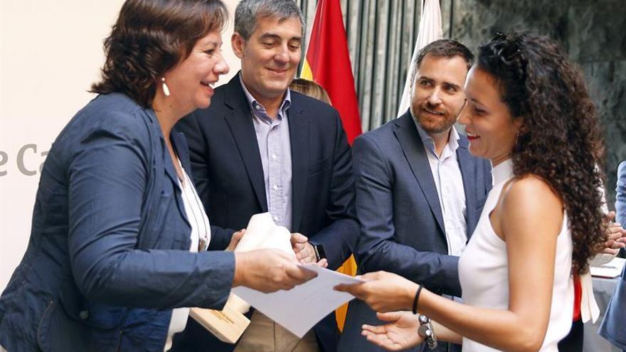 La consejera de Educación del Gobierno de Canarias, Soledad Monzón, entrega a Clara Valle Guerra.