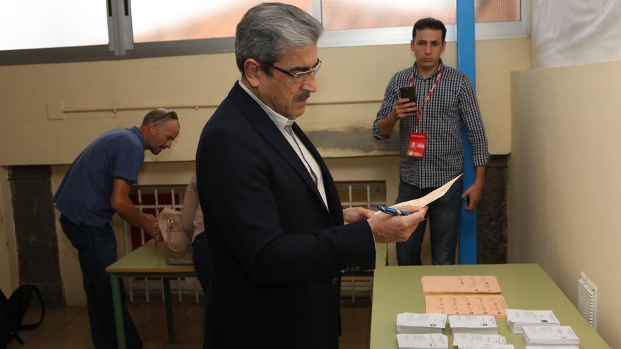 El presidente de Nueva Canarias, Román Rodríguez, ejerce su derecho a voto (Alejandro Ramos)