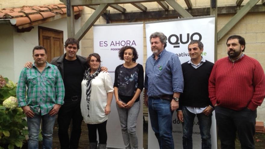 Juantxo López de Uralde, en el centro, junto a cargos de Podemos Álava.