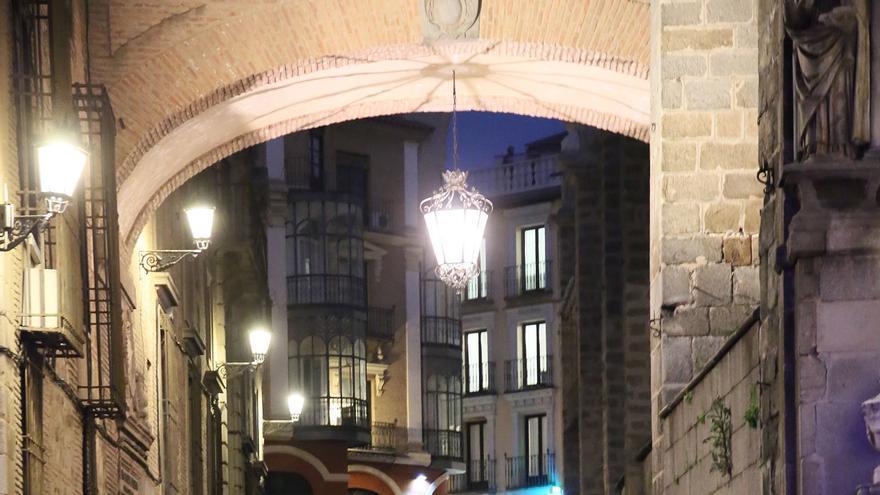 Manifestantes bajo el Arco de Palacio entre la catedral de Toledo y la sede del Arzobispado