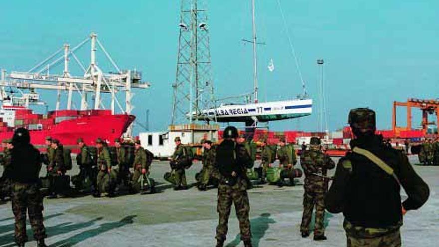 Las últimas tropas del Ejército yugoslavo abandonan Eslovenia por el puerto de Koper el 25 de octubre de 1991.