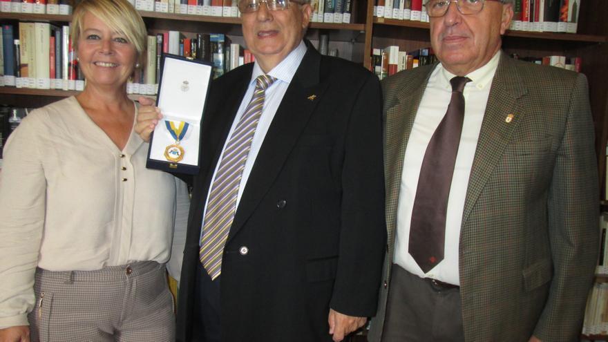 Rosa Aguado, José López y Carlos Lugo, este viernes, en la entrega de la medalla. Foto: LUZ RODRÍGUEZ.
