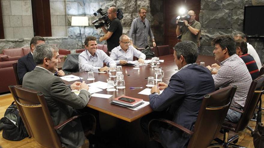 Asistentes a la reunión celebrada este martes en Presidencia del Gobierno, en Santa Cruz