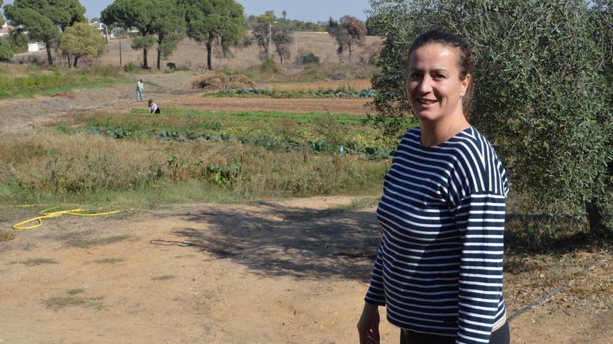 Tatiana muestra algunas de las plantaciones en las que trabaja a diario.