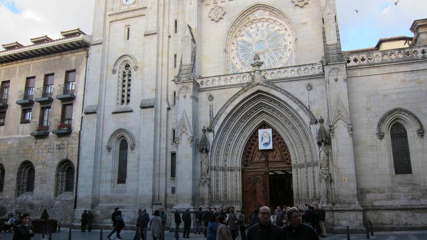 'Okupas' lanzan bengalas en la Catedral de Santiago, en Bilbao, y obligan a abandonarla a feligreses que asistían a misa