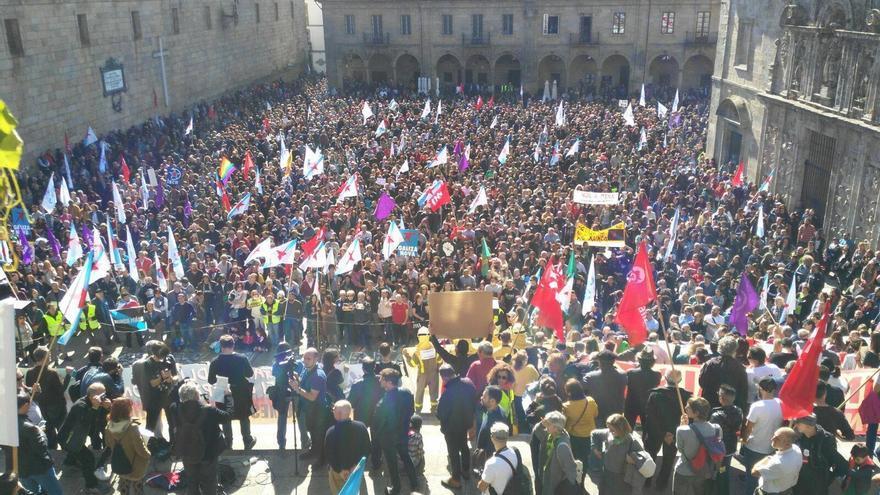 La manifestación llenó con creces la Praza da Quintana, en Santiago de Compostela
