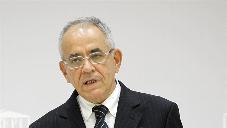El comisionado de Transparencia del Gobierno de Canarias, Daniel Cerdán, durante la presentación este lunes de su informe anual sobre aplicación de la Ley de Transparencia de la comunidad autónoma en 2016. (EFE/Cristóbal García)