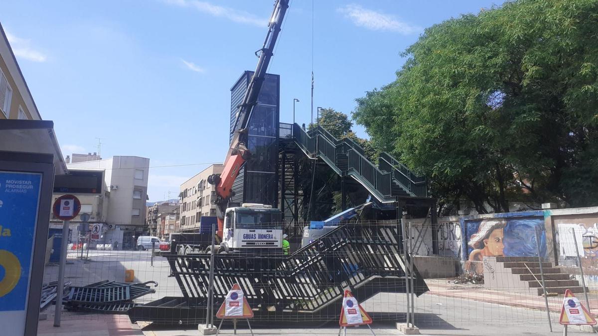 Adif retira la pasarela que conecta a Santiago el Mayor