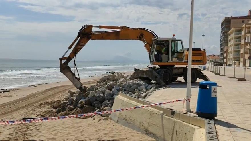 Imagen de las obras de demolición parcial del paseo marítimo de Bellreguard