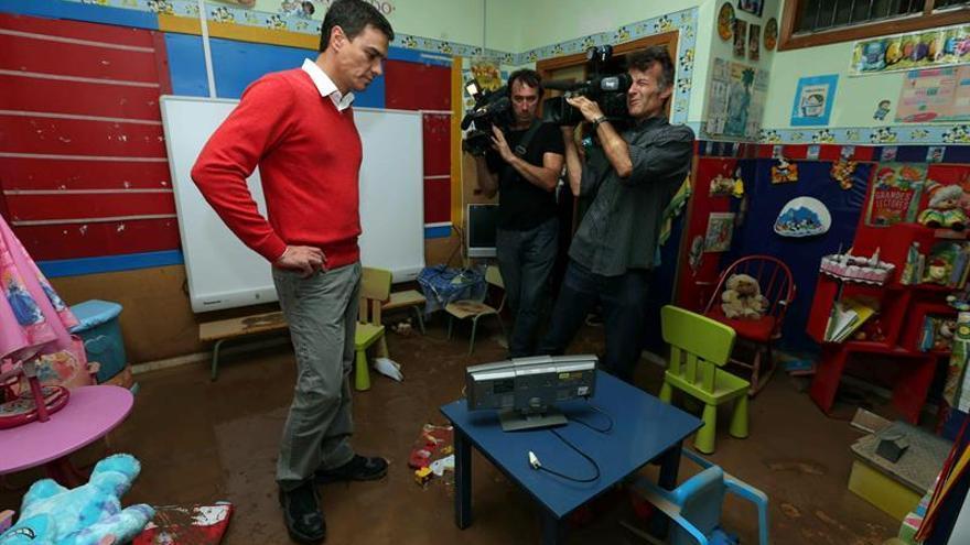 El secretario general del PSOE, Pedro Sánchez, visita el colegio Europa, afectado por las lluvias torrenciales de los últimos días en la capital grancanaria. (EFE/Elvira Urquijo A.)