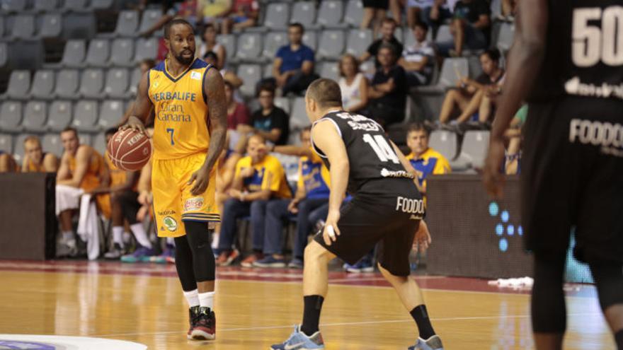 Bo McCalebb conduciendo el balón ante el Dominion Bilbao Basket.