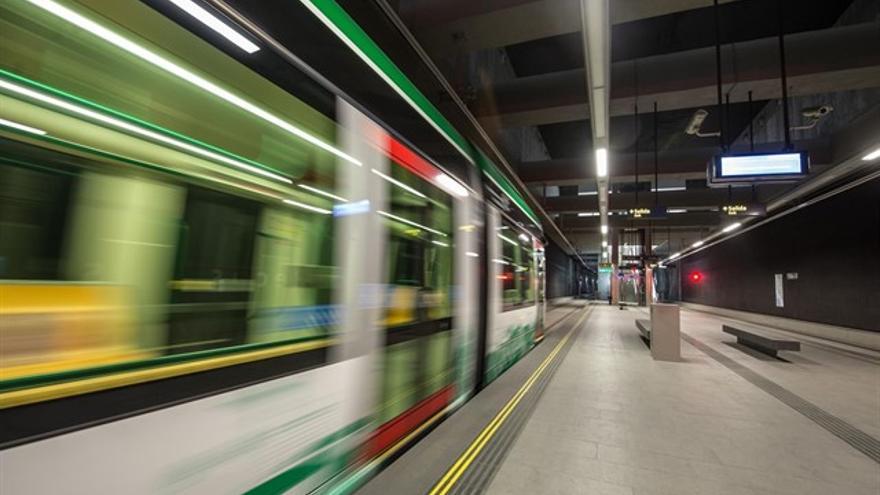 Metro de Granada a su paso por una estación subterránea de Camino de Ronda